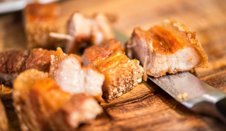 Crispy Lechon Kawali (Schweinefleisch mit Reis und Dip Sauce)